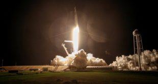 Se lanza un cohete SpaceX Falcon 9, coronado con la cápsula Crew Dragon, que transporta a cuatro astronautas en la primera misión operativa de la tripulación comercial de la NASA en el Centro Espacial Kennedy en Cabo Cañaveral, Florida.. Picture taken November 15, 2020. REUTERS/Thom Baur