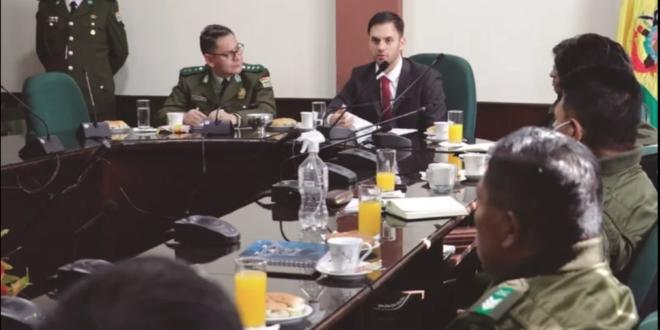 El Ministro de Gobierno, reunido con el comandante de la Policía y suboficiales. / Foto: Ministerio de Gobierno