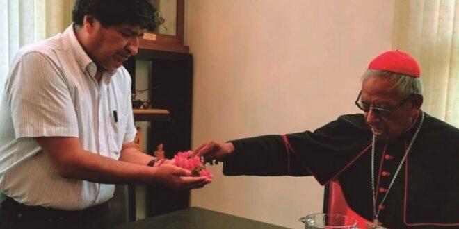 El cardenal Toribio Ticona visitó al expresidente Evo Morales en su casa, en Cochabamba, el viernes. @evoespueblo