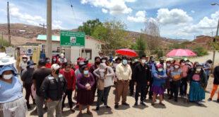 Padres de familia en bloqueo del ingreso al botadero de K'ara K'ara exigiendo la entrega de canastas escolares. NOÉ PORTUGAL