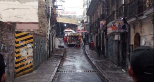 Bomberos trabaja en la calle Mercado, para controlar el incendio. / Foto: Gentileza Rubén Quispe Cruz
