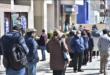 Las filas en las financieras del Banco Unión de La Paz, por el pago de rentas y bono. / Foto: APG