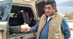 Rodríguez expuso una de las piedras que arrojaron. Foto: Página Siete