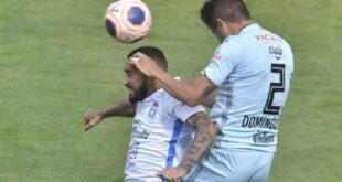 Rafinha y Domínguez en el duelo por la pelota. Foto: APG