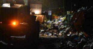 Personal de limpieza recoge la basura acumulada durante el cuarto intermedio que duró hasta las 7 mañana de hoy.   Daniel James