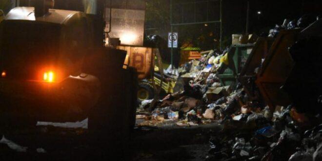 Personal de limpieza recoge la basura acumulada durante el cuarto intermedio que duró hasta las 7 mañana de hoy. | Daniel James