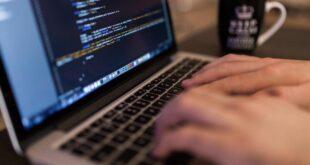 Imagen de referencia en la que una persona ingresa por códigos a la deep web. Muy Interesante.