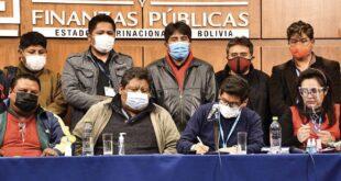 Autoridades de Gobierno junto a representantes de algunos sectores de los choferes. APG