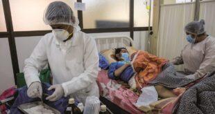 Personal médico atiende a un paciente durante la pandemia. / Foto: Archivo
