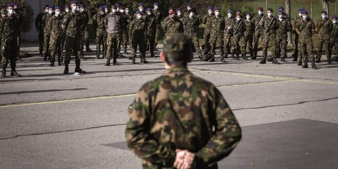 Reservistas del Ejército suizo escuchan los discursos de los oficiales en la base de Moudon. Fotos: AFP