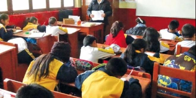 Profesora con sus estudiantes. / Foto: Archivo