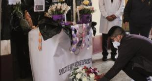 Médicos rinden homenaje a sus compañeros muertos. / Foto: Carlos Sánchez, Página Siete