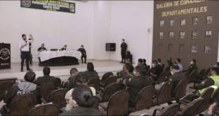 El ministro Eduardo del Castillo en reunión con policías de base en Santa Cruz, ayer. Foto: Ministerio de Gobierno