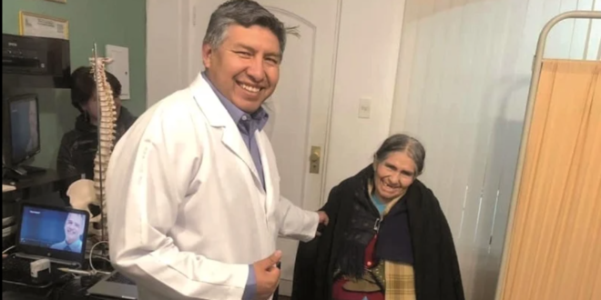 Doctor La Fuente junto a una de sus pacientes estrella, Mercedez Delgado. Foto: Praxis del Dolor