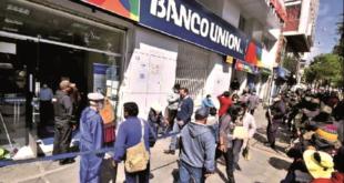 Beneficiarios forman en las entidades financieras para cobrar el Bono Contra el Hambre. Foto:APG