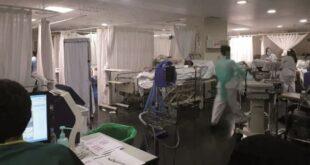 Médicos atienden a pacientes que se encuentran en las unidades de terapia intensiva. Foto: Archivo