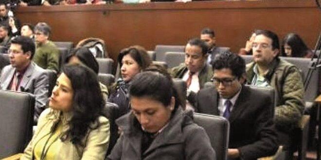 Un grupo de periodistas en el nuevo palacio gubernamental.