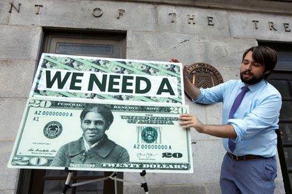 La imagen de Harriet Tubman fue elegida en 2016 para reemplazar a Andrew Jackson en el billete de 20 dólares (REUTERS/Yuri Gripas)