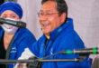 Luis Arce canta en la campaña para el candidato por el MAS, en La Paz. Twitter César Dockweiler