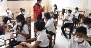 Un maestro da clases presenciales en medio de la pandemia. DICO SOLÍS