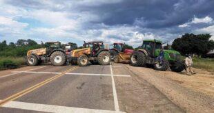Productores de soya bloquean junto a sus tractores una carretera en Santa Cruz. | Alain Ramallo