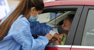 Una persona es vacunada contra la Covid-19 en su vehículo, en Santiago de Chile. | EFE