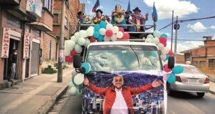 Quispe y Arias participan de caravana el pasado sábado. Foto:Facebook Ivan Arias Duran