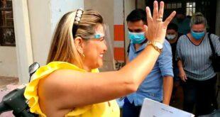 Añez fue aplaudida por sus seguidores al salir de la Fiscalía. Foto: Informándote.