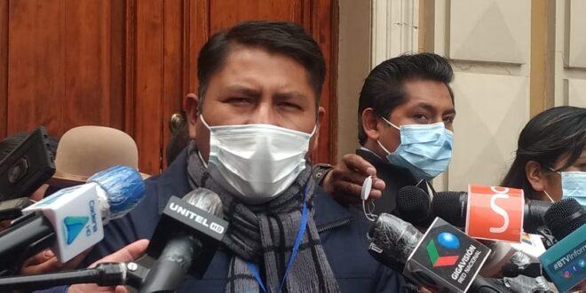 El diputado del Movimiento Al Socialismo (MAS), Juanito Angulo, en rueda de prensa. Foto: Alexander Quispe