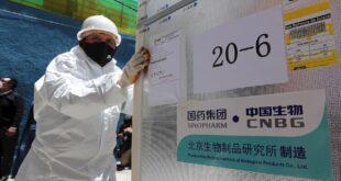 Trabajadores descargan vacunas Sinopharm de camiones el 24 de febrero, en las instalaciones del Servicio Departamental de Salud de La Paz. EFE