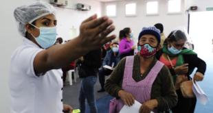 Varias personas aguardan su turno para vacunarse contra el coronavirus. Foto: Gobernación de Santa Cruz