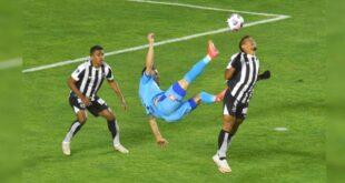 Incidencias del partido entre Bolívar y Ceará, en el estadio Hernando Siles. | APG