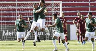 Marcelo Martins (centro) festeja el primer tanto de Bolivia, en el partido ante Venezuela, ayer. | EFE