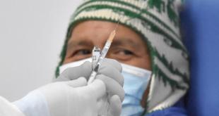 La preparación de una vacuna anticovid antes de su aplicación. APG