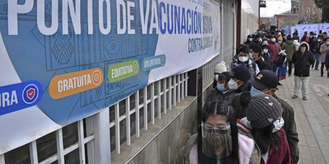 Los ciudadanos asisten a centros de vacunación anticovid. | APG