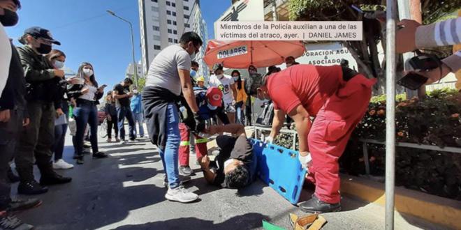 Miembros de la Policía auxilian a una de las víctimas del atraco, ayer. | DANIEL JAMES