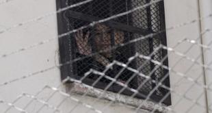 La expresidenta interina de Bolivia, Jeanine Anez, saluda desde una ventana de la cárcel de mujeres de Miraflores en La Paz, Bolivia, el 18 de agosto de 2021. - Derechos de autor AP / Juan Karita