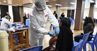 Personal de salud aplica la vacuna contra la Covid-19. | AFP