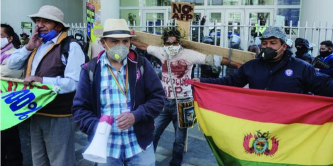 Una marcha que exige la devolución de los aportes de Fondos de Pensiones. Foto: Archivo / Página Siete.
