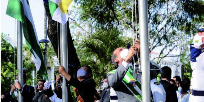 Autoridades nacionales y locales en la iza de banderas, en la plaza 24 de Septiembre en Santa Cruz. Foto: APG.
