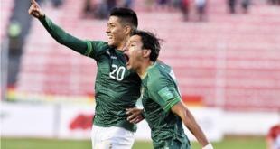 Ramiro Vaca (izq.) festeja su gol, el de la victoria de Bolivia. | EFE